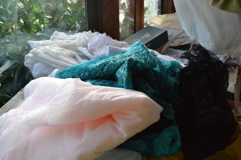 tissu pour les volants des robes du Second Empire Les Baladins du Val d'Auge